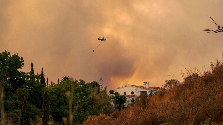 Medios aéreos, luchando contra el incendio de Sierra Bermeja en Málaga. (EFE)