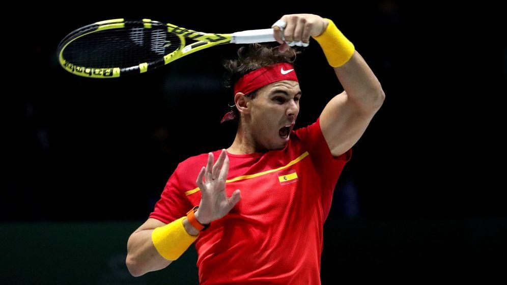 Foto: Rafa Nadal golpea una bola en la Copa Davis. (EFE)