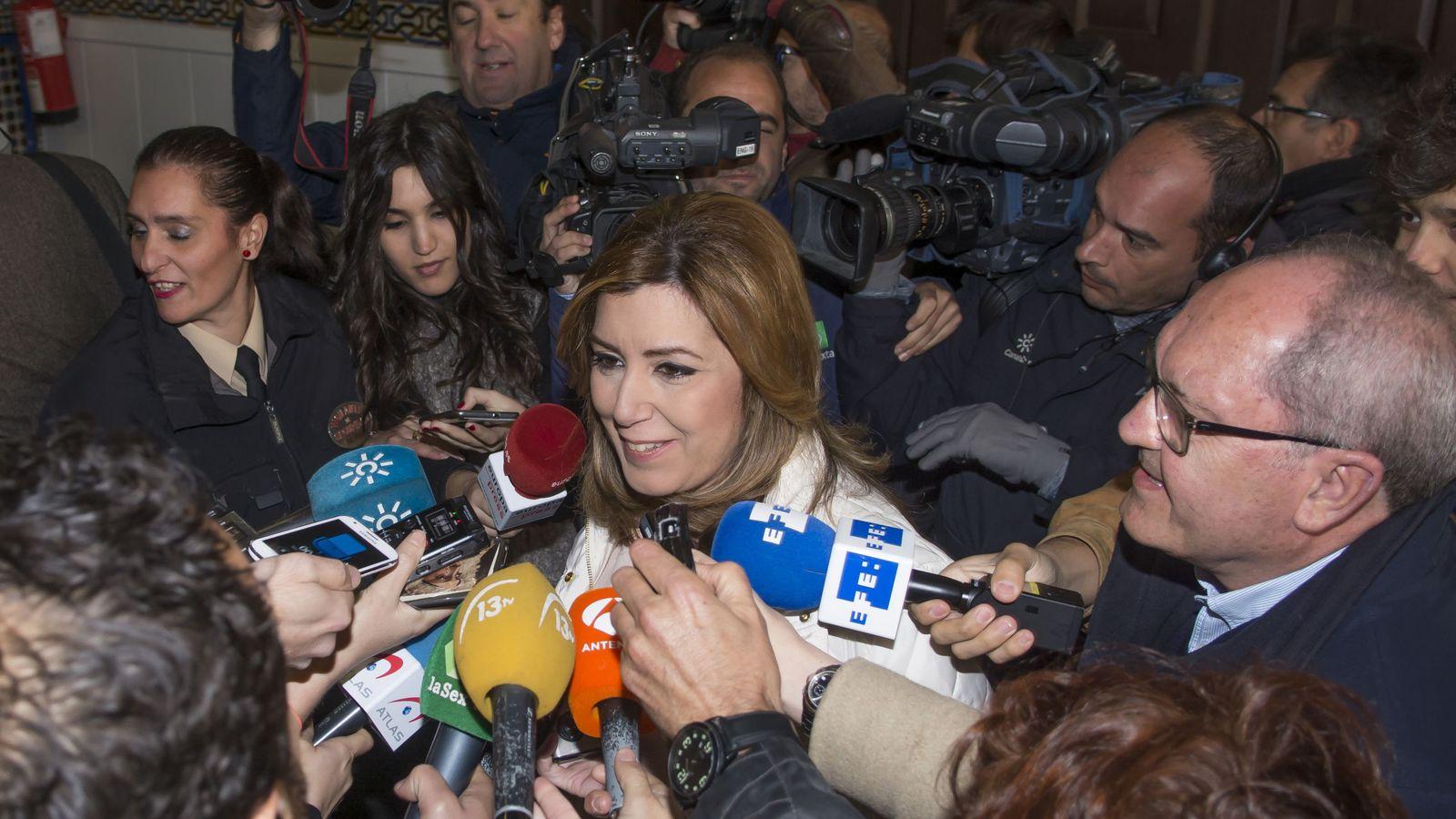 Foto: Susana Díaz, al lado de su número dos, Juan Cornejo, rodeados de periodistas este viernes en la sede del PSOE-A, en Sevilla. (EFE)