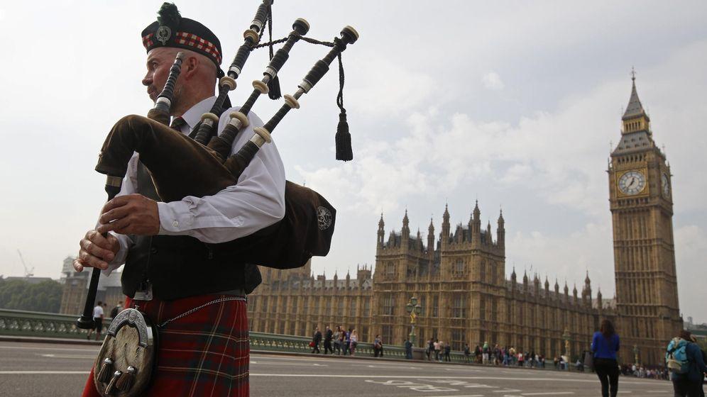 Foto: Un gaitero escocés ante el Parlamento británico, en el Palacio de Westminster, Londres. (Reuters)