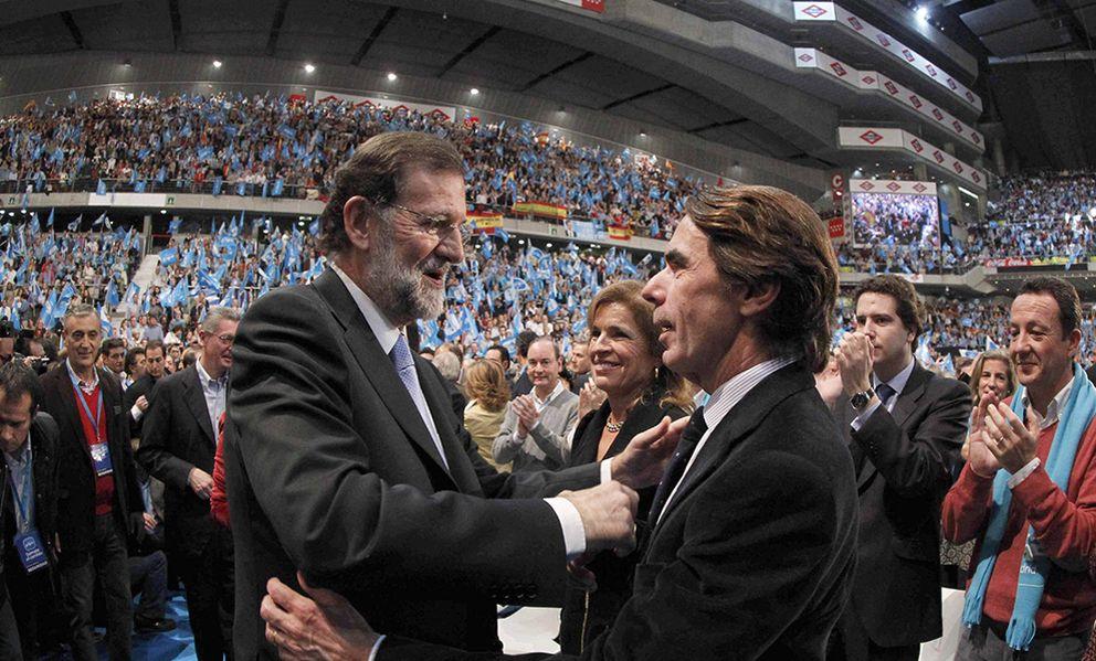 Foto: Rajoy junto a Aznar en el cierre de campaña en 2011. (EFE).