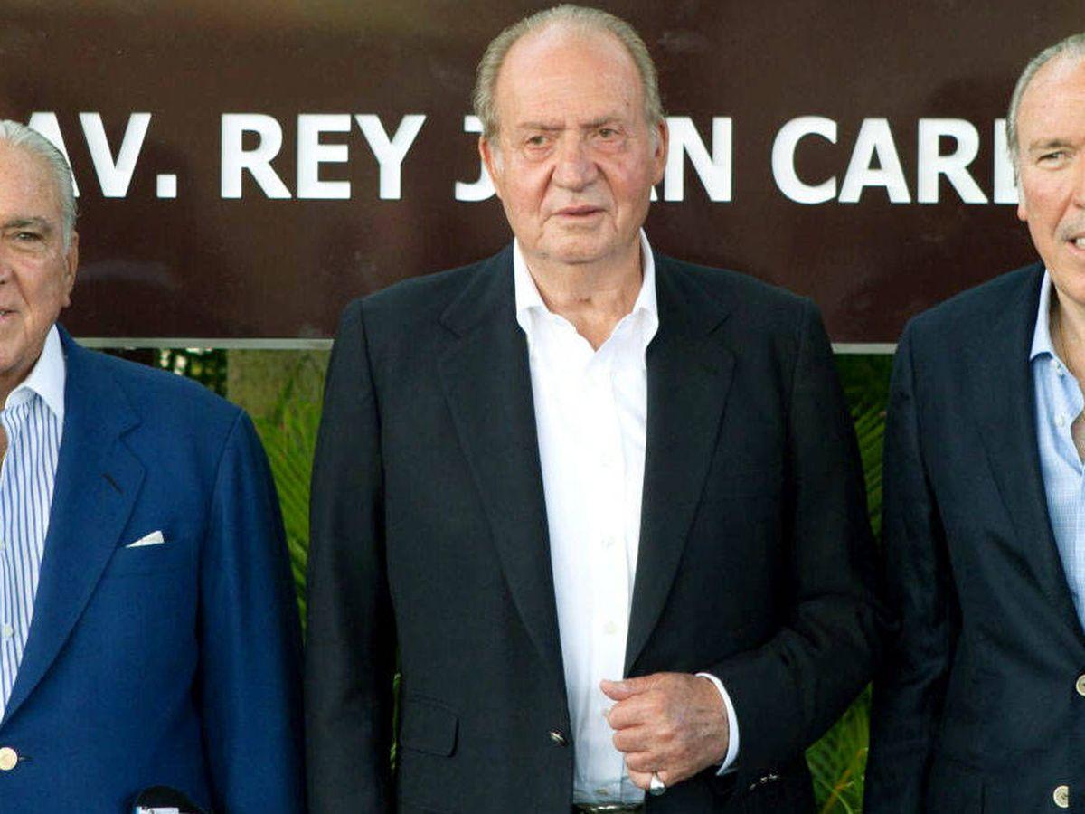Foto: Don Juan Carlos, con dos de los hermanos Fanjul. (EFE)