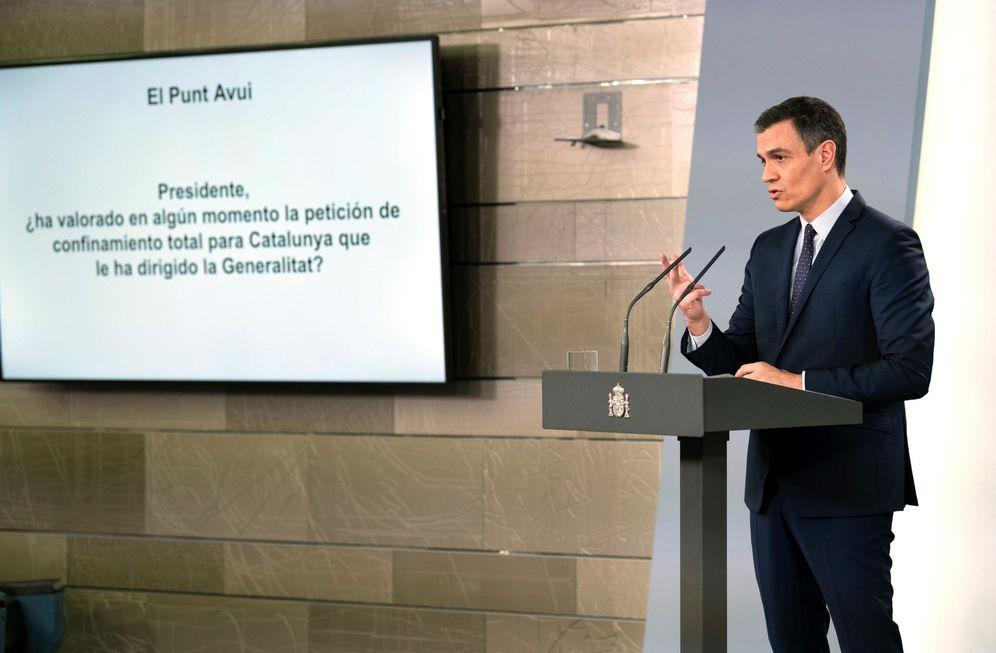 Foto: Pedro Sánchez, durante su comparecencia del pasado 17 de marzo en la Moncloa, con una de las preguntas de los periodistas reflejada en la pantalla. (EFE)