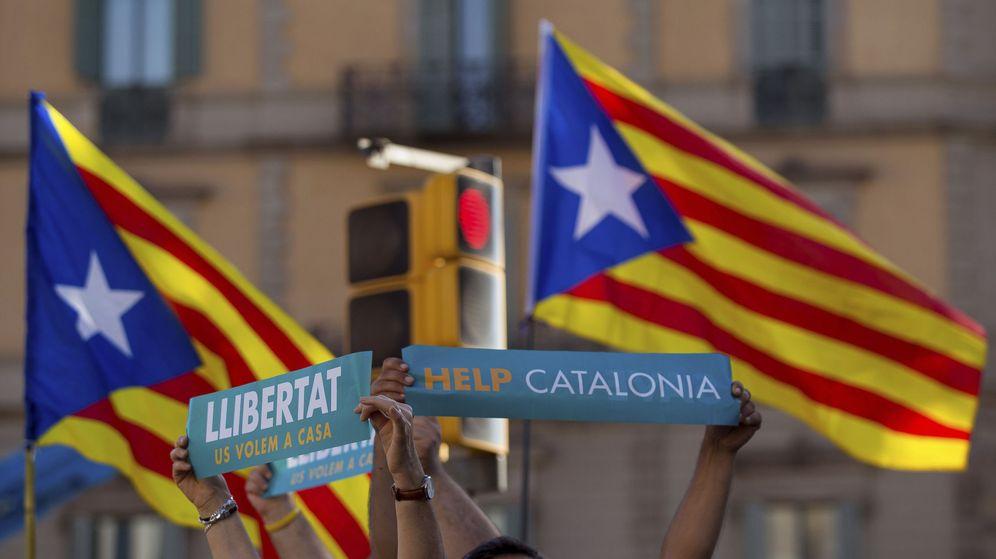 Foto: Un momento de la manifestación convocada por la Mesa por la Democracia para pedir la libertad de Jordi Sànchez y Jordi Cuixart. (EFE)