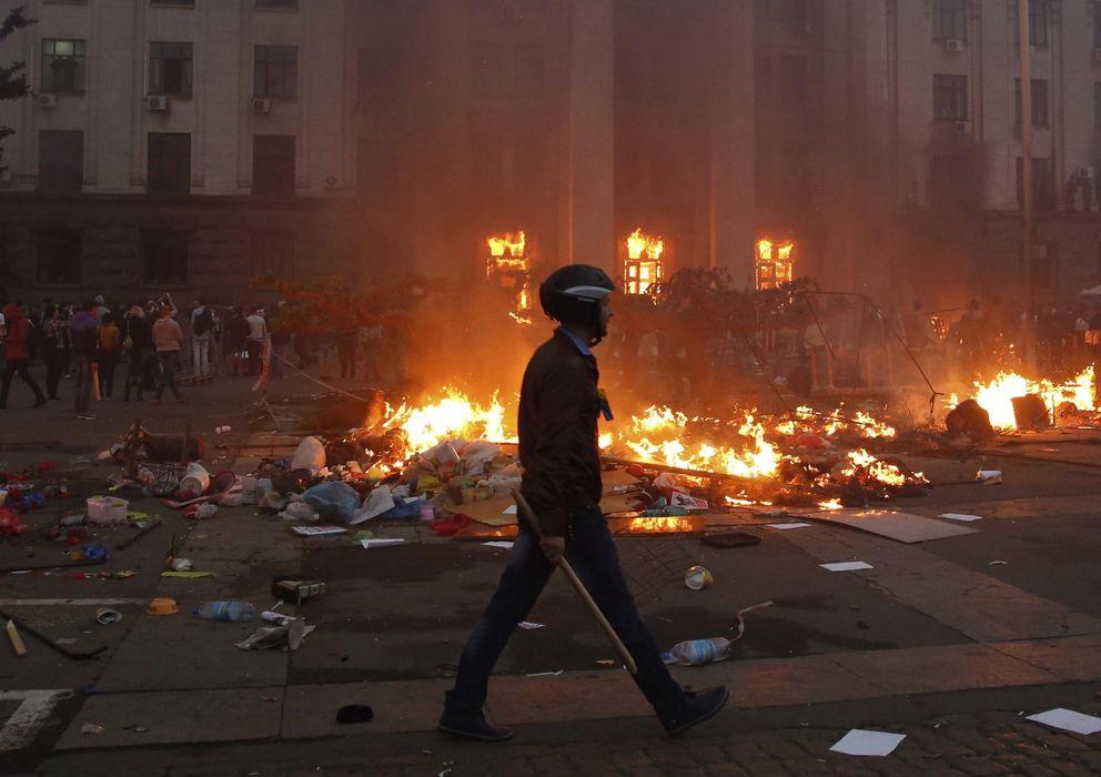 Foto: Un proucraniano camina ante la Casa de los Sindicatos de Odesa, incendiada el 2 de mayo cuando los prorrusos permanecían en su interior. Hubo al menos 42 muerto