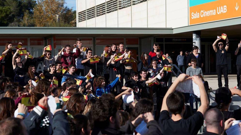 Estudiantes de la UAB rompen banderas de España en una protesta anterior. (EFE)
