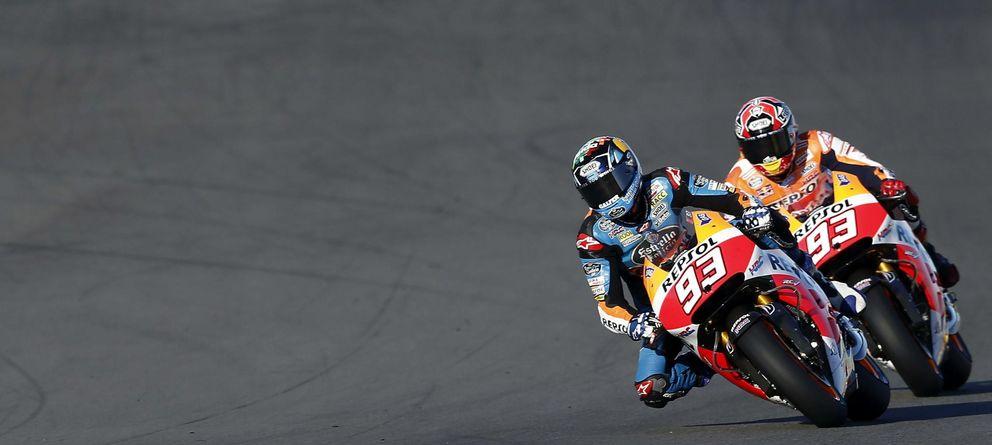 Foto: Loa hermanos Márquez ruedan juntos en Valencia con las MotoGP (Efe).