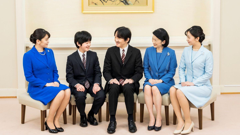 El príncipe Akishino, con su mujer, la princesa Kiko, y sus hijos, la princesa Mako, la princesa Kako y el príncipe Hisahito. (Reuters)
