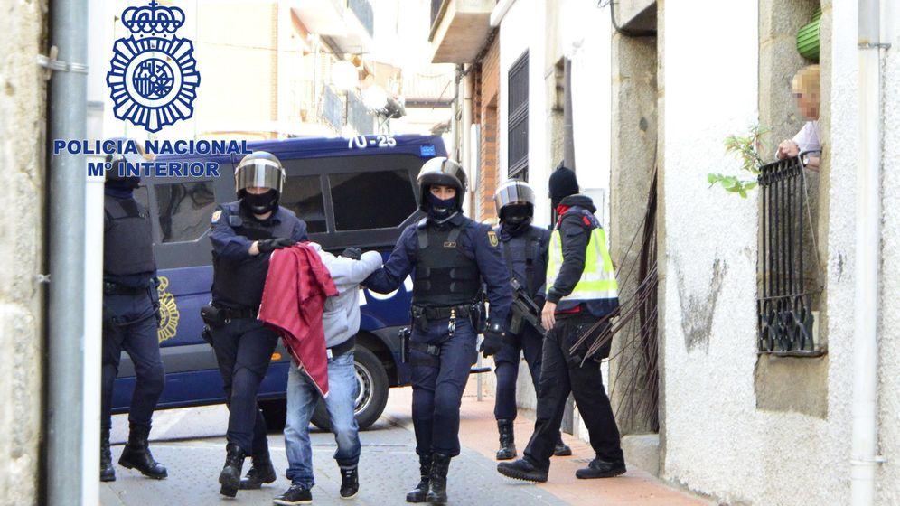 Foto: Fotografía de archivo de la detención de un presunto miembro de una célula yihadista en una operación antiterrorista. (EFE)