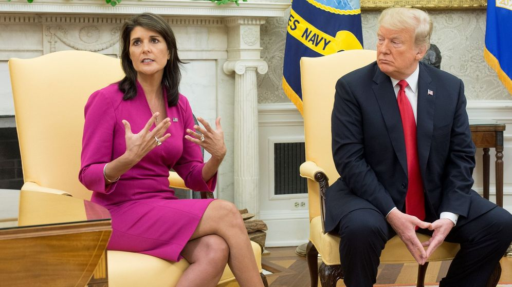 Foto: Nikki Haley junto a Donald Trump en la rueda de prensa tras el anuncio de su renuncia. (EFE)
