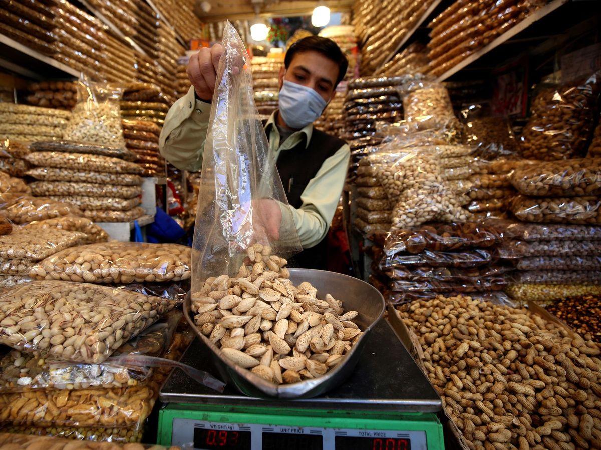 Foto: Negocio de frutos secos en Peshawar. (EFE)