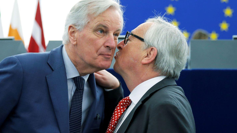 Michel Barnier siendo saludado por Jean-Claude Juncker. (Reuters)