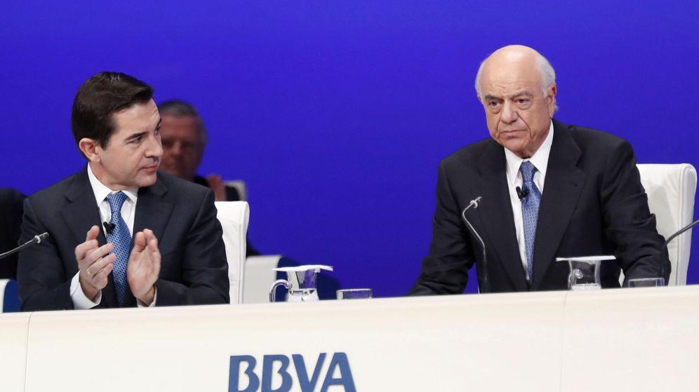 Foto: El consejero delegado del BBVA, Carlos Torres (i), aplaude la intervención del presidente de la entidad, Francisco González. (EFE)