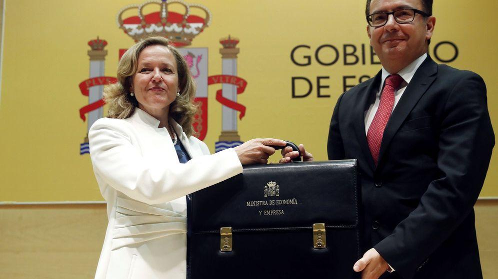 Foto: La ministra de Economía, Nadia Calviño, recibe la cartera de su antecesor en el cargo, Román Escolano. (EFE)