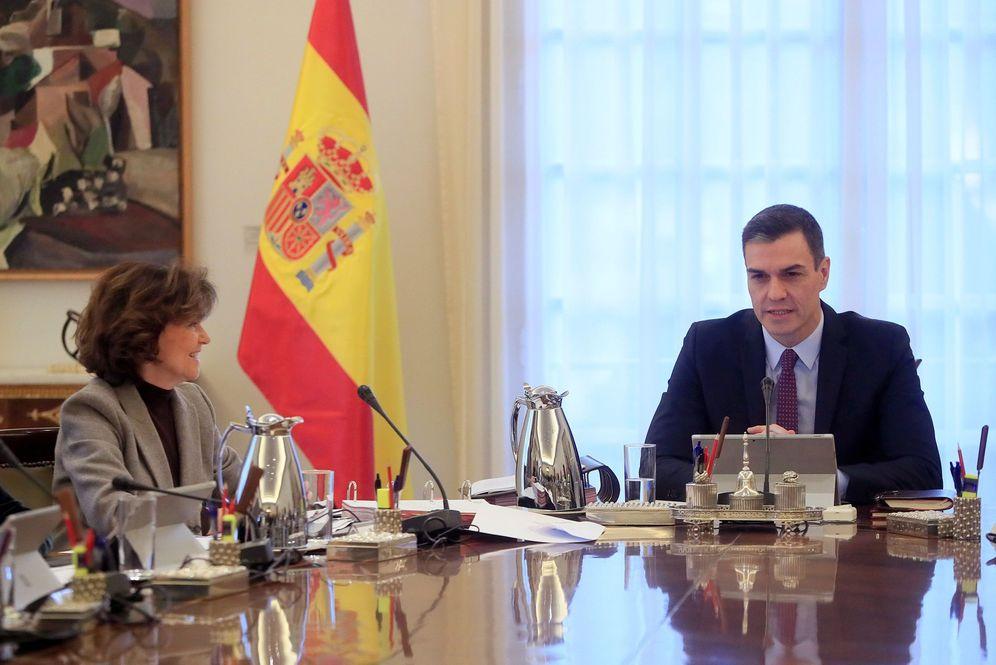 Foto: Pedro Sánchez y la vicepresidenta primera, Carmen Calvo, el pasado 14 de enero en el primer Consejo de Ministros de la coalición. (EFE)