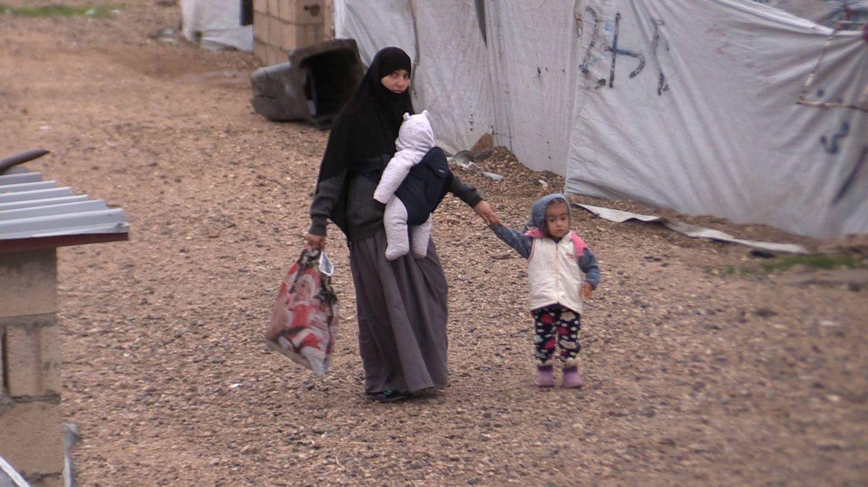 Una mujer con sus hijos en el campamento de al Roj, destinado a las familias de los yihadistas. (P. Cebrián)