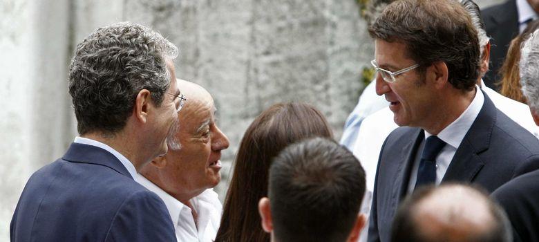 Foto: Amancio Ortega, conversa con el presidente de la Xunta de Galicia, Alberto Núñez Feijóo en el entierro de Rosalía Mera. (Efe)