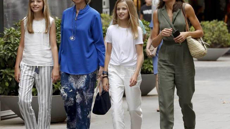 La infanta Sofía, la princesa de Asturias y las reinas Sofía y Letizia, el año pasado en Palma. (EFE)