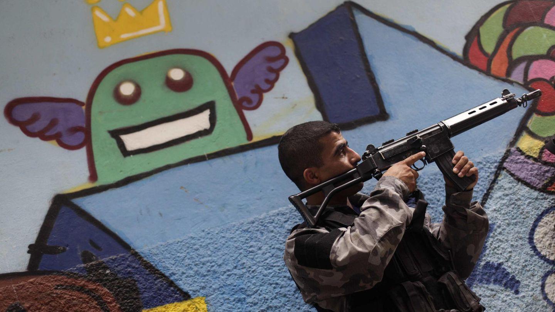 Un agente toma posiciones durante la operación en las favelas de Río (Reuters).