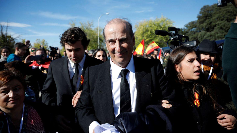 Francis Franco (c) y su hijo Álvaro abandonan el cementerio de Mingorrubio. (EFE)