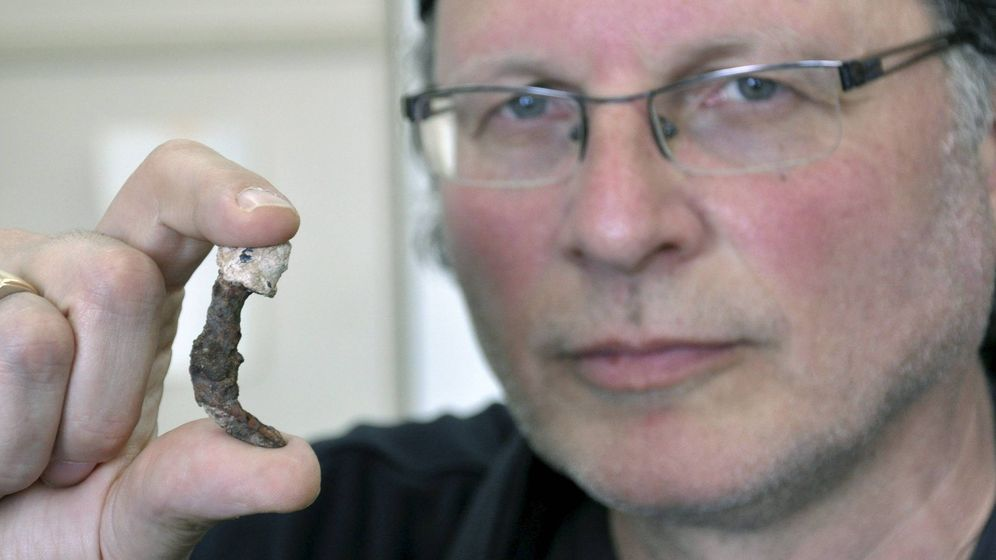 Foto: Simcha Jacobovici sosteniendo uno de los dos clavos hallados en la tumba del sumo sacerdote Caifás. Foto: EFE