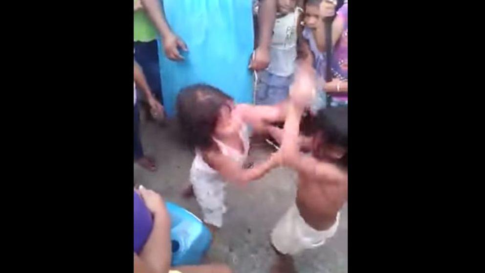 Dos madres obligan a sus hijas de cinco años a pegarse salvajemente en Panamá