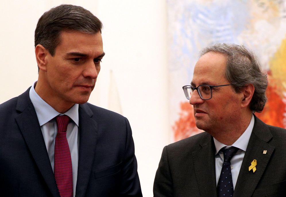 Foto: Pedro Sánchez y Quim Torra hablan tras su reunión en el palacio de Pedralbes, en Barcelona, el pasado 20 de diciembre. (Reuters)