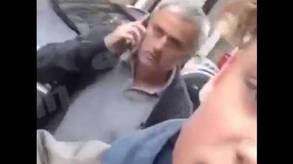 Mourinho empuja a un niño que le grababa con el móvil