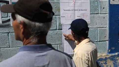 Ciudadanos chequean su nombre en la lista