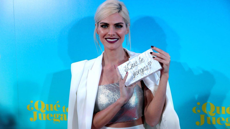 La actriz Amaia Salamanca posa en el estreno con el clutch personalizado para la ocasión. (EFE)