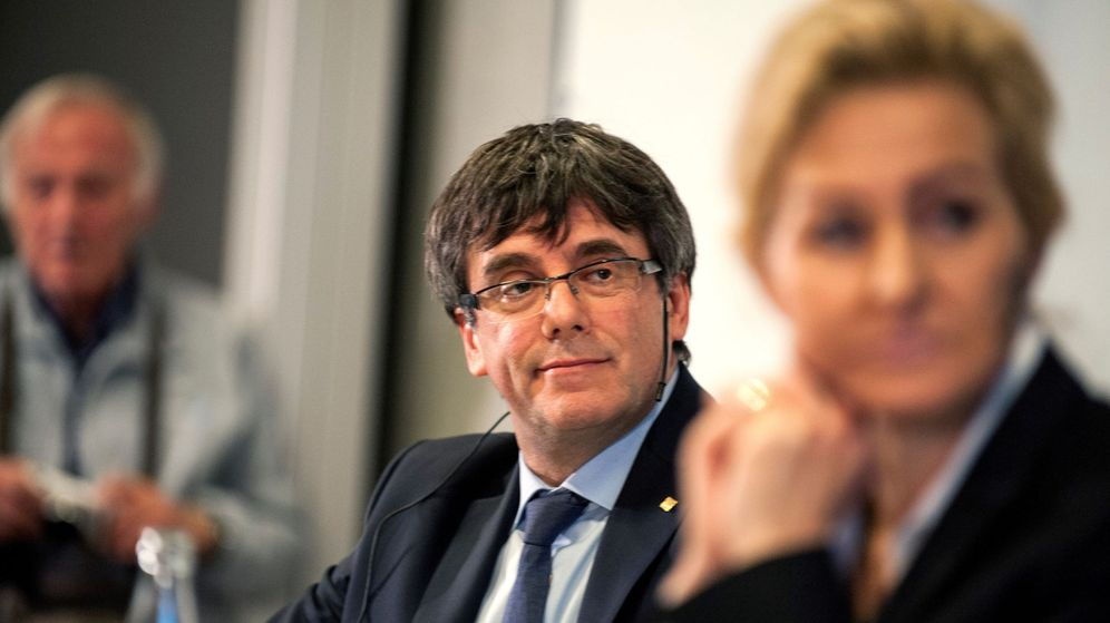Foto: El 'expresident' Carles Puigdemont y la profesora del CEP Marlene Wind. (EFE)