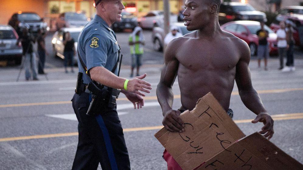 Foto: Continúan protestas en Ferguson durante los homenajes al manifestante negro muerto Michael Brown (EFE)