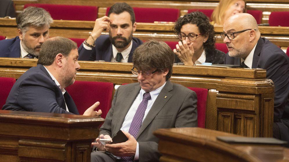 Foto: Fotografía de archivo de Carles Puigdemont junto a Oriol Junqueras, Roger Torrent, Marta Rovira y Lluís Corominas, en el Parlament. (EFE)