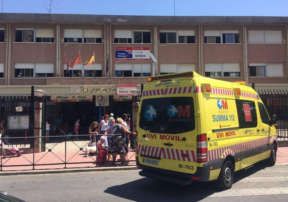 Foto: Una UVI móvil del SUMMA, frente al colegio Iplacea de Alcalá de Henares, este miércoles.