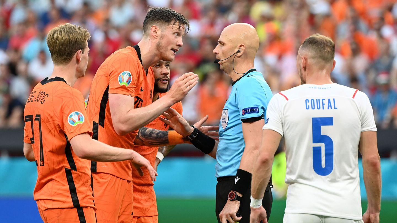 Los jugadores neerlandeses protestan al árbitro. (Reuters)