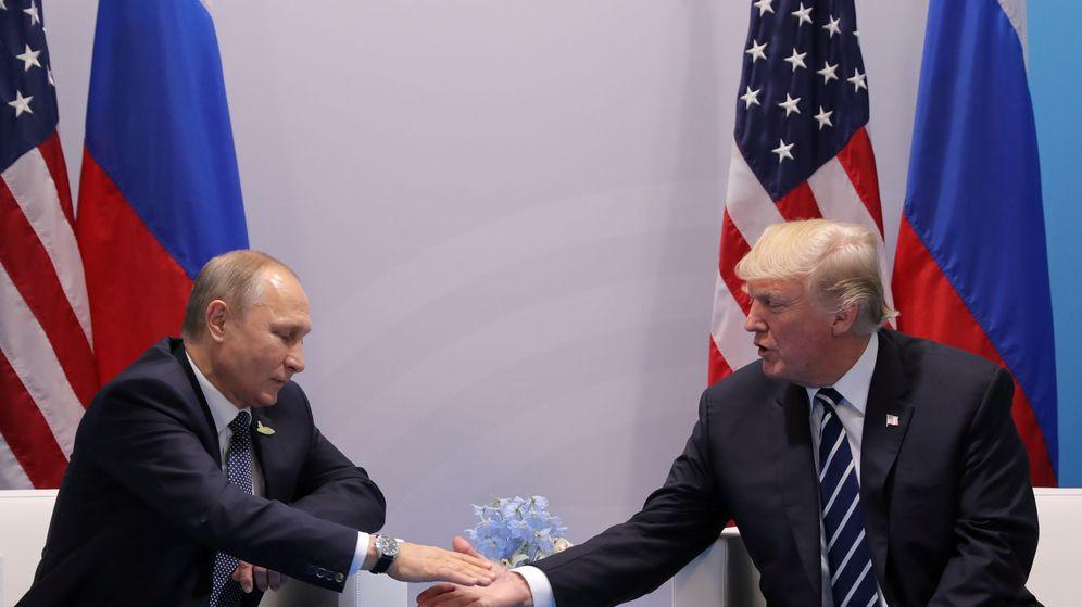 Foto: Donald Trump y Vládimir Putin durante la cumbre del G20 en Hamburgo. (Reuters)