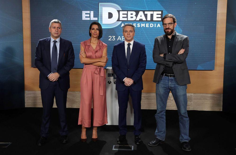 Foto: Ana Pastor y Vicente Vallés, junto a los directores de informativos de Antena 3 y La Sexta, Santiago González (i) y César González Antón (d), este 12 de abril. (EFE)