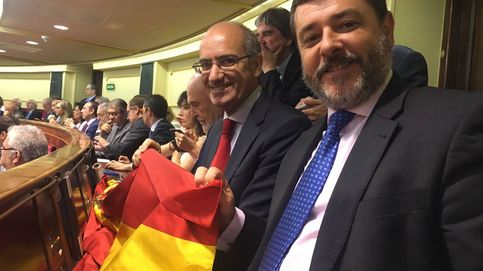 El diputado que 'robó' la bandera de Rajoy para boicotear al PDeCAT