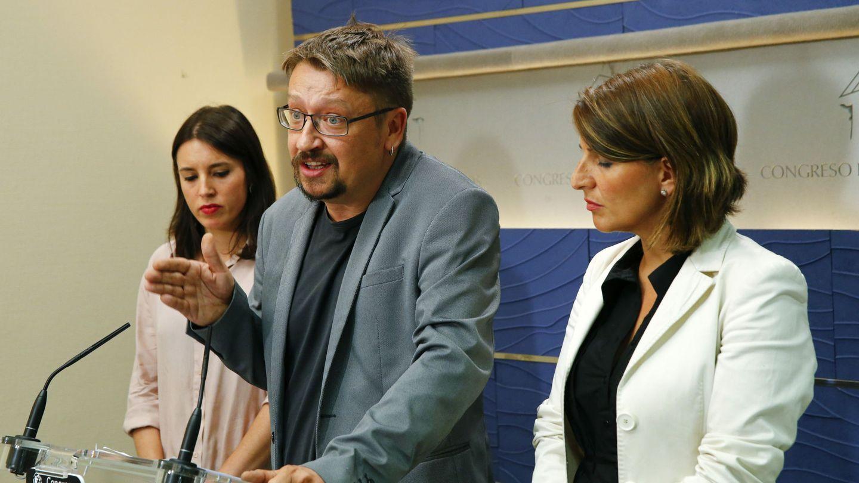 Xavi Domènech, junto a Irene Montero y Yolanda Díaz, tras la reunión mantenida con el líder del PSOE, y su delegación, este 17 de julio. (EFE)