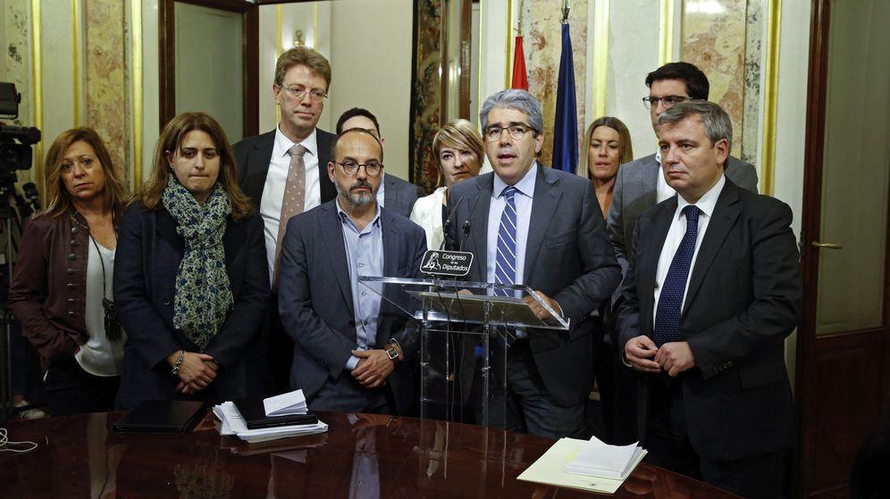 Foto: El portavoz de Democracia i Llibertat en el Congreso de los Diputados, Francesc Homs (2d), comparece ante los medios de comunicación a su salida del pleno. (EFE)