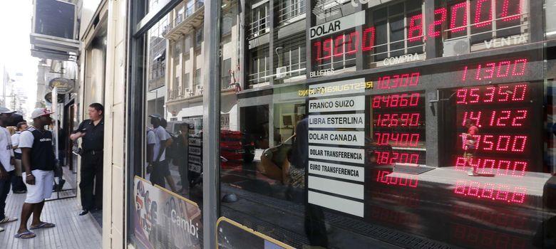 Foto: Un panel refleja el cambio de divisas extranjeras en Buenos Aires. (Reuters)