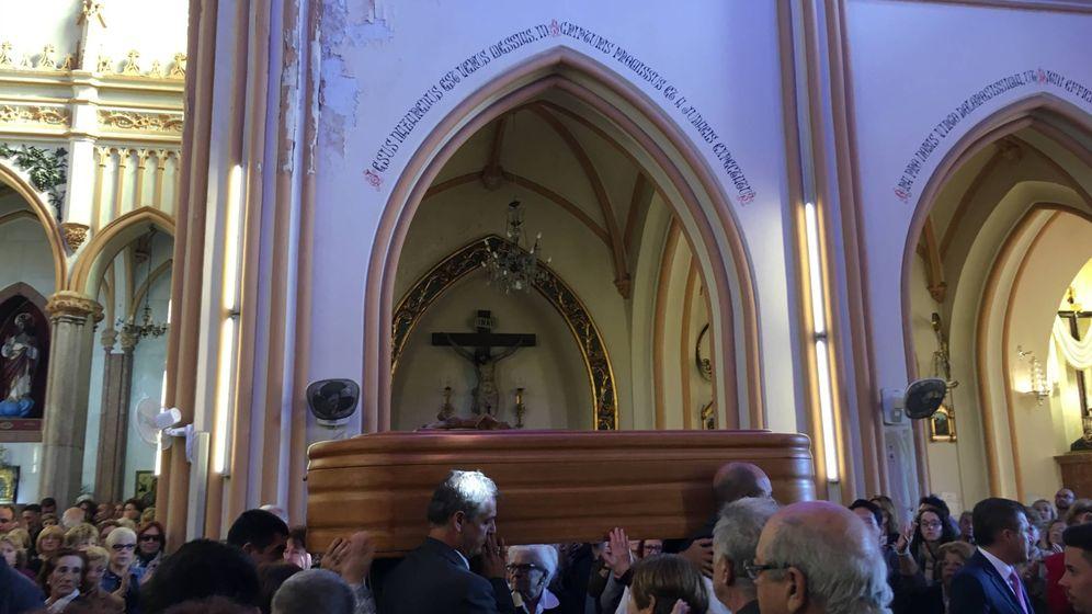 Foto: Imagen del féretro con los restos morales de Chiquito de la Calzada tras acabar la misa funeral en la Iglesia San Pablo de Málaga (Agustín Rivera).