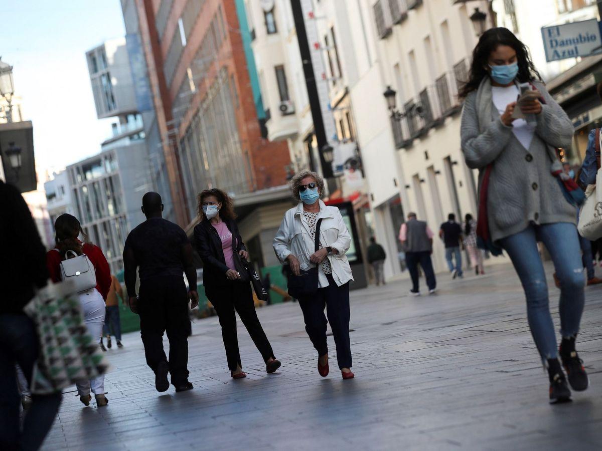 Foto: Ciudadanos pasean este jueves por las zonas comerciales del centro de Madrid. (EFE)