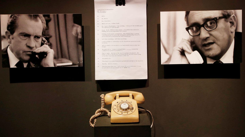 Transcripción de una conversación de 1973 entre Nixon (d) y Henri Kissinger (i), junto al teléfono empleado, en un museo en Chile. (Reuters)