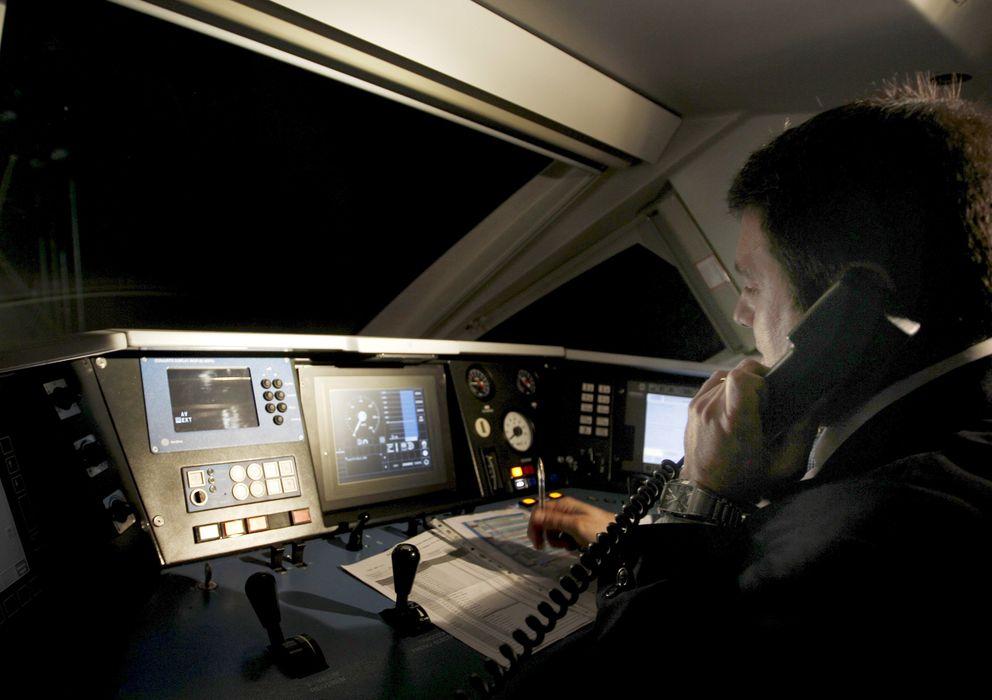 Foto: Un maquinista del AVE Valencia-Madrid habla por teléfono con el centro de operaciones. (EFE)