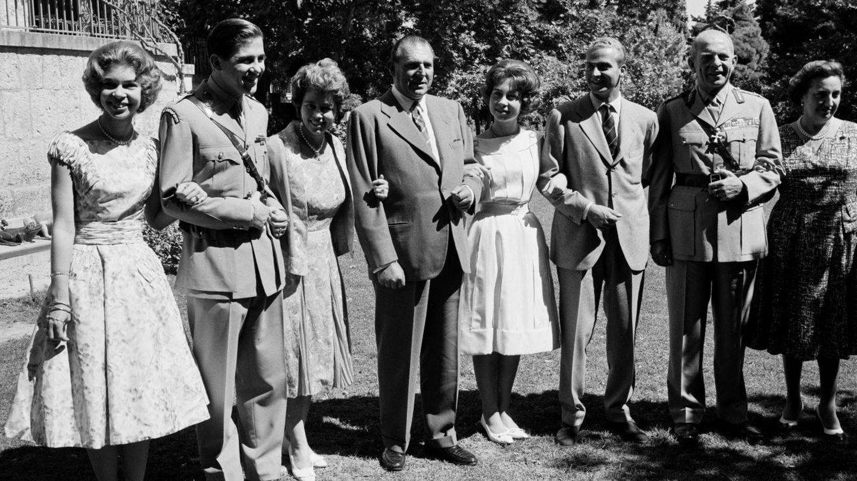 Juan Carlos y Sofía, junto a los condes de Barcelona y la familia real griega. (Getty)