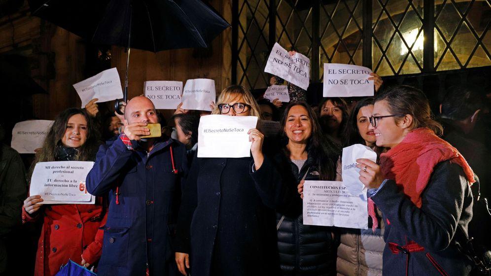 Foto: Asistentes a la concentración conjunta en defensa del derecho al secreto profesional que ha sido convocada por el sindicato y la asociación de periodistas de Baleares. (EFE)