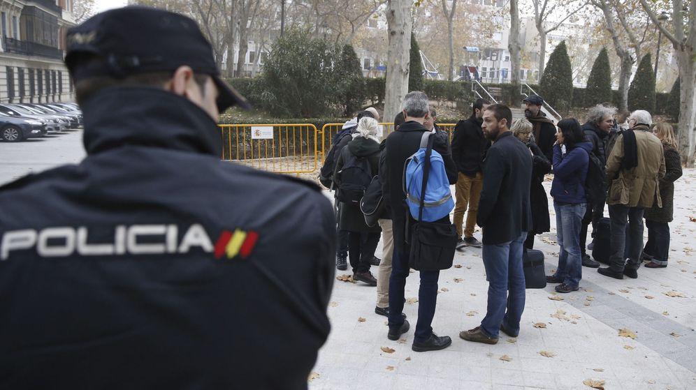 Foto: Miembros de la CUP, incluida la portavoz en el Parlament, Anna Gabriel (c), se han concentrado en solidaridad con los detenidos por la quema de fotos del Rey. (EFE)