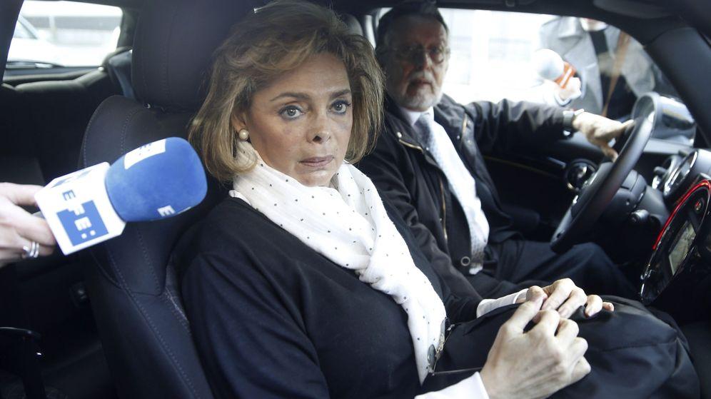 Foto: La exconcejala del Ayuntamiento de Valencia María José Alcón, acompañada de su marido, Alfonso Grau. (EFE)