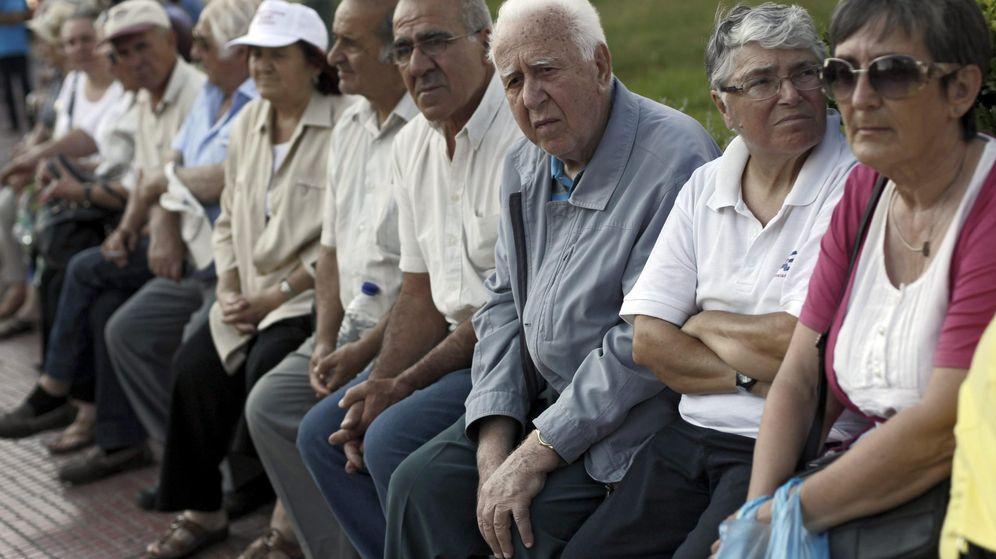 Foto: Varios pensionistas protestando (Efe)